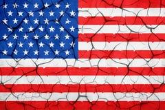 难看的东西美国美国旗子,有裂口的打破的高明的墙壁 免版税库存图片