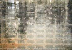 难看的东西背景、灰色砖墙纹理明亮的膏药墙壁和块路边路放弃了外部都市背景 免版税库存图片