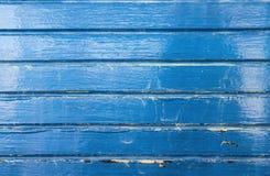 难看的东西蓝色绘了从木小船背景的木头与镇压和刮和水污点 库存照片