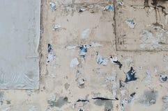 难看的东西被撕毁的街道广告牌海报 免版税库存照片