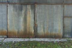 难看的东西被腐蚀的波状钢大厦 免版税图库摄影