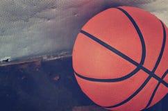 难看的东西金属表面上的篮球特写镜头 库存照片