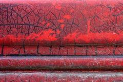 难看的东西金属表面-宏指令13上的破裂的红色油漆 库存照片