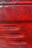 难看的东西金属表面-宏指令5上的破裂的红色油漆 免版税图库摄影