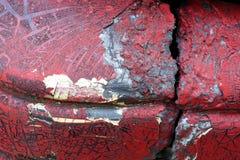 难看的东西金属表面-宏指令3上的破裂的红色油漆 免版税图库摄影