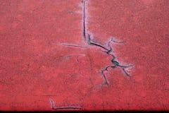 难看的东西金属表面-宏指令1上的破裂的红色油漆 库存照片