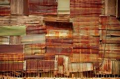 难看的东西铁锈和木墙壁 免版税库存照片