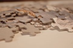 难题块特写镜头在白皮书的 免版税库存图片