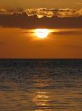 难以置信地在天蓝色的海洋的美好的日落 免版税库存照片