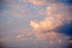 难以置信地美好的日落,在日落,五颜六色的日落的云彩 库存照片