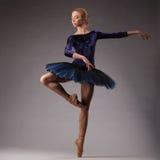 难以置信地蓝色成套装备跳舞的美丽的芭蕾舞女演员在演播室 古典芭蕾艺术 免版税图库摄影