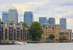 黄雀色伦敦摩天大楼码头 库存照片