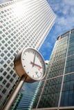 黄雀色码头时钟。伦敦,英国 免版税图库摄影