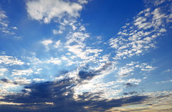 雄伟与疏散云彩的晚上蓝天在天际 免版税库存图片