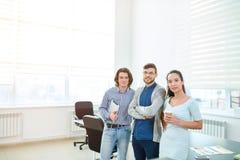 雄心勃勃的年轻办工室职员在证券交易经纪人行情室 免版税库存照片