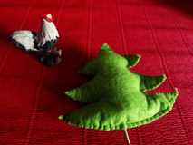 雄鸡和冷杉木 图库摄影