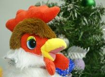 雄鸡是2017年的标志 在圣诞节背景的装饰玩具 库存图片