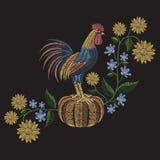 雄鸡站立在南瓜的,向日葵和hepatica开花 免版税库存照片