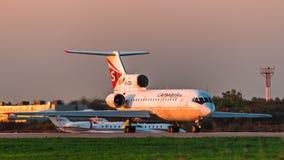 雅克夫列夫雅克-42萨拉托夫航空公司在机场离开跑道 库存照片