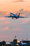 雅克夫列夫雅克-42萨拉托夫航空公司从机场离开 图库摄影