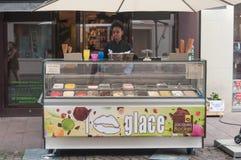 雅克的Bockel年轻黑人妇女等待的顾客街道的法国冰淇凌客商 库存照片