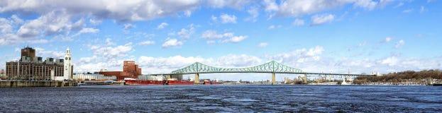 雅克・卡蒂埃桥梁在冬天全景 免版税库存照片