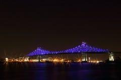 雅克・卡蒂埃桥梁照明在蒙特利尔,反射在水中 Montreal's 375th周年 库存照片