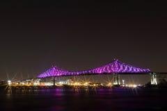 雅克・卡蒂埃桥梁照明在蒙特利尔 Montreal's 375th周年 光亮五颜六色交互式 免版税库存图片