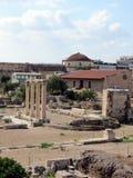 雅典、古老古老废墟和现代大厦 库存照片