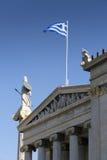 雅典娜和希腊旗子雕象  免版税库存照片