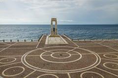 雅典娜女神雕象和纪念碑对维托里奥Emanuele竞技场dello的Stretto -雷焦卡拉布里亚,意大利 库存照片