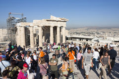雅典娜耐克游人观光的寺庙在雅典 免版税库存图片