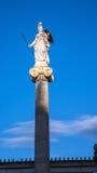 雅典娜雕象日落图在雅典科学院前面的, Attica 库存图片