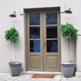 雅典希腊,小酒馆入口和花盆 免版税库存照片