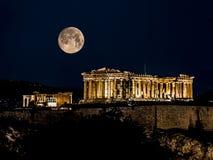 雅典帕台农神庙在与满月的晚上 免版税库存照片
