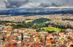 雅典看法有奥林山宙斯寺庙的  免版税库存照片
