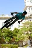 雅典竞争的青少年的实践BMX跳跃的把戏 库存图片