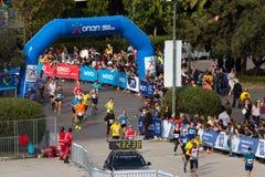 雅典进入Panathenaic体育场的马拉松运动员 免版税库存照片