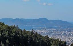 雅典都市风景在与从上面被看见的海岸和山的好日子,希腊 库存照片