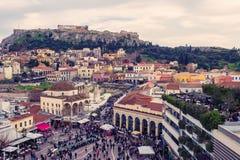 雅典,希腊, 03 03 2018年:雅典市看法有Lycabettus小山的在背景中 雅典市看法有Plaka neighborhoo的 免版税库存照片
