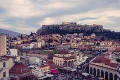 雅典,希腊, 03 03 2018年:雅典市看法有Lycabettus小山的在背景中 雅典市看法有Plaka neighborhoo的 图库摄影