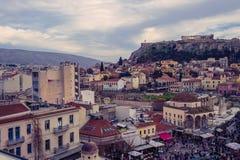 雅典,希腊, 03 03 2018年:雅典市看法有Lycabettus小山的在背景中 雅典市看法有Plaka neighborhoo的 免版税图库摄影
