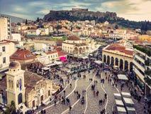 雅典,希腊, 03 03 2018年:雅典市看法有Lycabettus小山的在背景中 雅典市看法有Plaka neighborhoo的 库存图片
