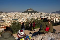 雅典,希腊, 2018年1月30日:人们享受看法到市从Areopagus小山的雅典  免版税库存照片