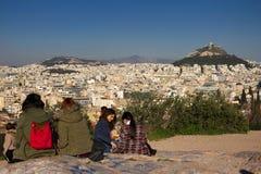 雅典,希腊, 2018年1月30日:人们享受看法到市从Areopagus小山的雅典  免版税图库摄影