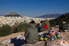 雅典,希腊, 2018年1月30日:人们享受看法到市从Areopagus小山的雅典  免版税库存图片