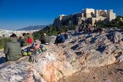 雅典,希腊, 2018年1月30日:人们享受看法到市从Areopagus小山的雅典  库存照片