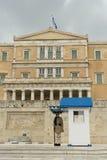 雅典,希腊, 2015年5月30日 站立在位置的Evzone守卫希腊的议会 库存照片