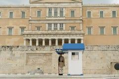 雅典,希腊, 2015年5月30日 站立在位置的Evzone守卫希腊的议会 免版税库存图片