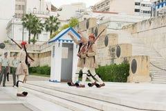 雅典,希腊, 2015年5月30日 Evzones在希腊的议会的前面卫兵变动 耳鼻喉科希腊在Sintagma 免版税库存照片
